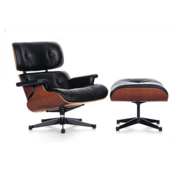 """Com design autentico e moderno, a elegante releitura """"Poltrona Design Charles Eames Pelegrin PEL-901"""" é uma combinação perfeita de madeira contra placada moldada com assento e encosto estofados revestidos em couro PU."""