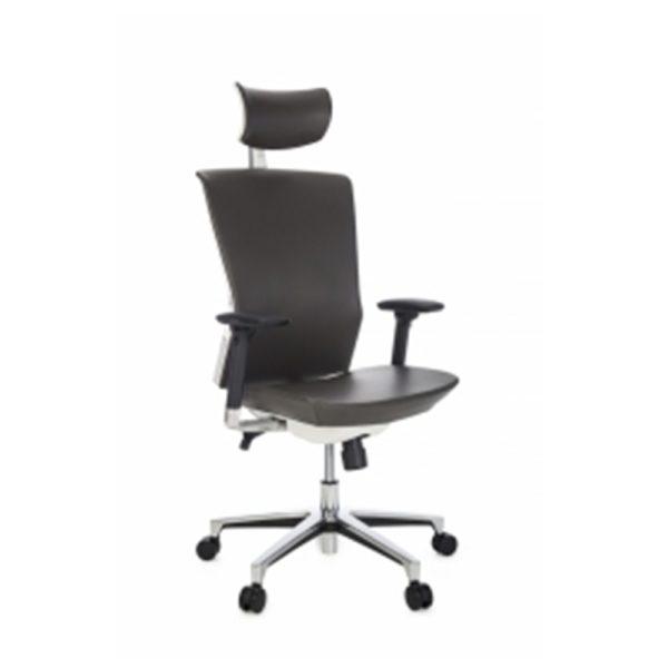 Cadeira presidente BLM para escritórios de alto padrão, com apoio de cabeça revestido em courino e regulagem de altura e rotação.